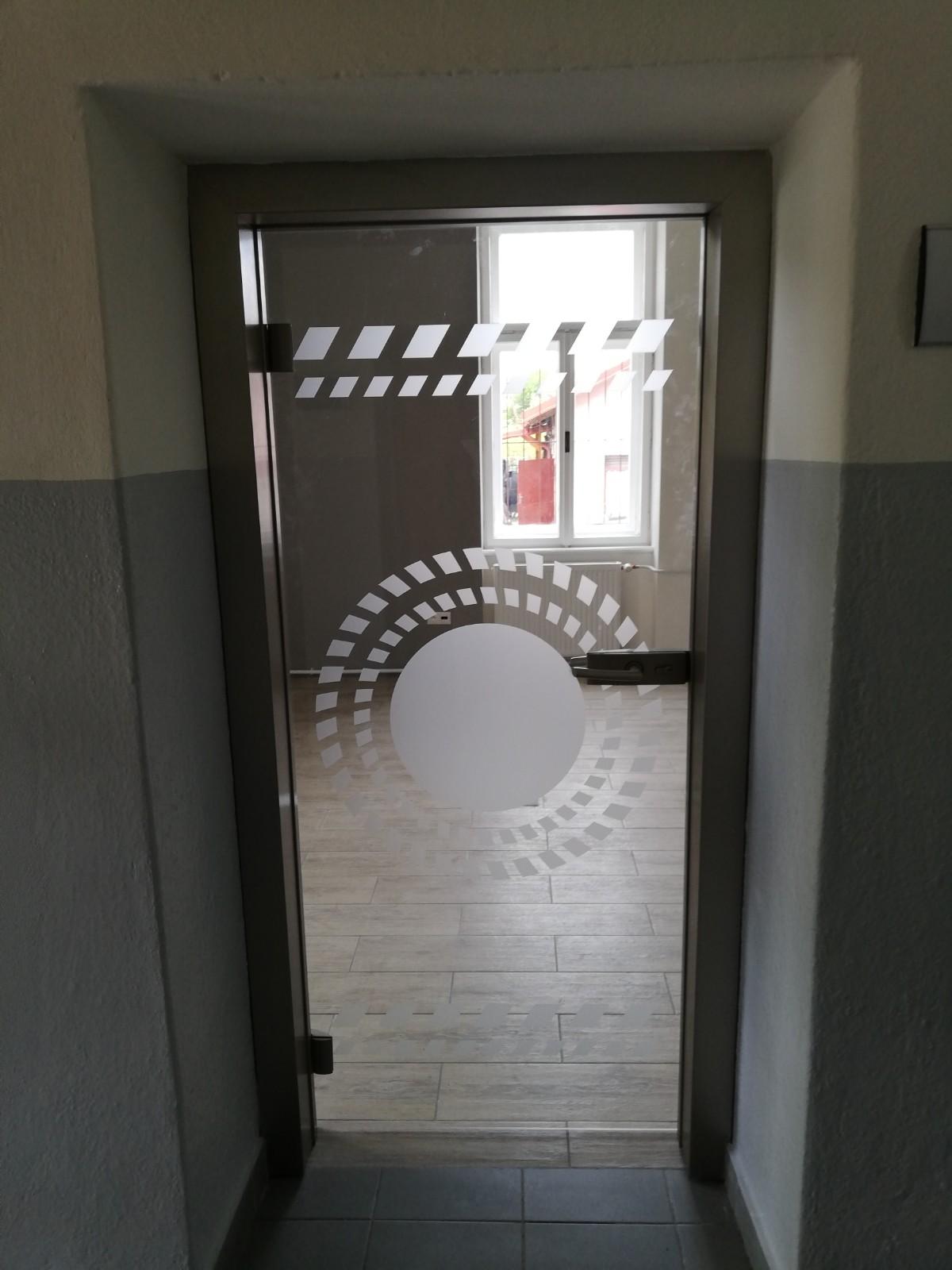 otočné sklenené dvere s hliníkovou zárubňou